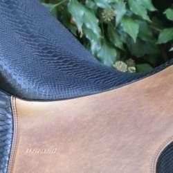 Dressage Andaluz - Sitz und Pausche in Krokooptik