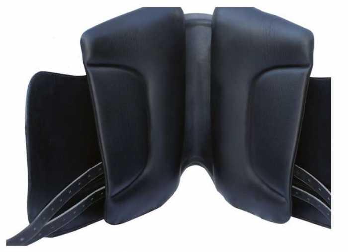 Eine breite Auflagefläche die den Druck des Reiters deutlich gleichmäßiger auf dem Pferderücken verteilt als bei herkömmlichen Dressusätteln, dadurch Druckspitzen vermeidet und Muskeldellen vorbeugt.