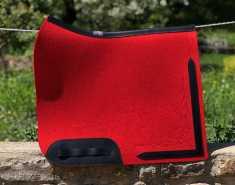 Filzschabracke Rot - Mit schwarzem Ledereinsatz